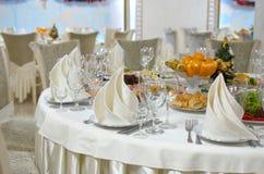 饭桌设置 圣诞节,假日装饰 庆祝新年度 库存图片