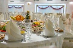 饭桌设置 圣诞节,假日装饰 庆祝新年度 图库摄影