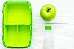 饭盒和水健康食物晚餐的在学校白色桌上 免版税库存图片