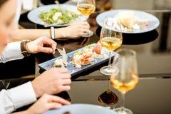 饭食用在工作午餐的酒 免版税图库摄影