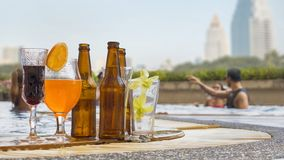 饮料和汁液喝与异乎寻常的鸡尾酒和瓶蜂 库存照片