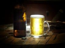饮料啤酒在工作以后 免版税库存图片