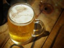 饮料啤酒在工作以后 免版税库存照片