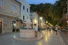 饮料喷泉在晚上在特雷比涅,波斯尼亚黑塞哥维那 库存照片