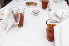 饮料在一张正式白色饭桌上服务 库存照片