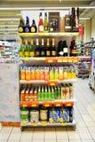 饮料在意大利干净的超级市场搁置,户内 图库摄影
