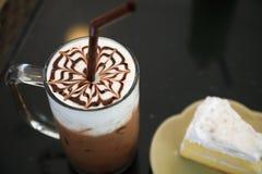 饮料在桌,甜奶昔上设置了用健康点心的巧克力 免版税库存照片
