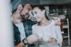 饮料当事人松弛茶妇女 人和女孩 傻瓜 同时在咖啡馆 库存图片