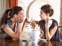 饮料朋友女孩俏丽的茶二 库存图片