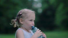 饮料水 从瓶的小女孩饮用水户外 股票视频