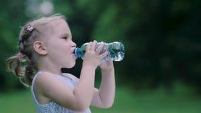 饮料水 从瓶的小女孩饮用水户外 影视素材
