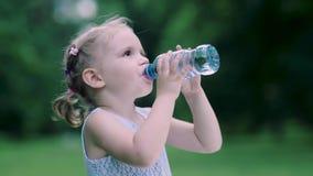 饮料水 从瓶的小女孩饮用水户外 股票录像