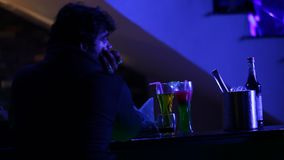 饮料特写镜头在酒吧的 影视素材