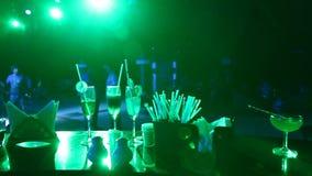 饮料特写镜头在酒吧的 股票录像