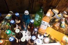 饮料瓶和罐头待售 免版税库存照片