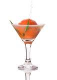 饮料用在马蒂尼鸡尾酒玻璃的蜜桔 免版税图库摄影