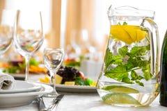 饮料用柠檬和草本 在宴会桌上的一份自然饮料 库存照片