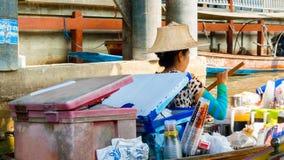 饮料的女推销员在Damnoen Saduak浮动市场上的 库存照片