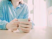 饮料的白热咖啡杯在早晨时间在手中的秀丽 图库摄影