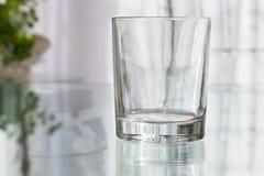 饮料的空的玻璃短的翻转者 大模型 皇族释放例证