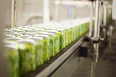 饮料的空的铝罐在传动机移动 免版税库存照片