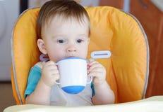 1年饮料的婴孩年龄从婴孩杯子的 图库摄影
