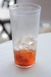 饮料空的一半冰了茶 库存图片