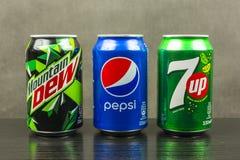 饮料罐头由百事-山露水,百事可乐, 7up生产了 库存照片