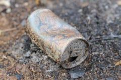 饮料罐头被烧了 罐头是再造废物 r 免版税库存图片