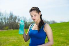 饮料水妇女年轻人 免版税库存图片