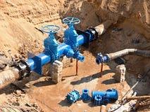 饮料水工厂 更新地下管道、阀门门和金属管子 库存照片