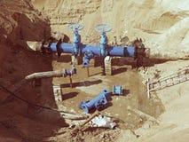 饮料水工厂 更新地下管道、阀门门和金属管子 图库摄影