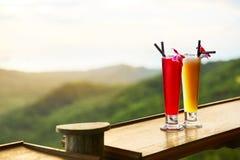 饮料 异乎寻常的鸡尾酒,风景(看法)在背景 泰国 库存照片