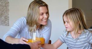 饮用多代的家庭橙汁过去在家4k 股票视频