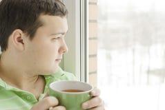 饮用的人茶年轻人 免版税图库摄影