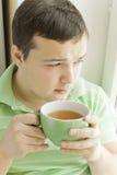 饮用的人茶年轻人 图库摄影