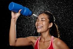 饮用的健身赛跑者妇女 免版税库存图片