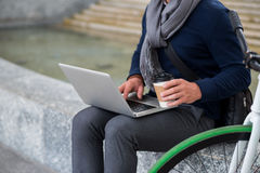饮用的咖啡和研究膝上型计算机 免版税库存照片