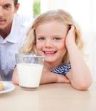 饮用的女孩一点牛奶微笑 库存图片