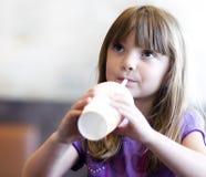 饮用的女孩少许流行音乐碳酸钠 图库摄影