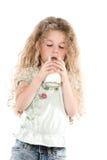 饮用的女孩少许牛奶纵向 免版税库存照片