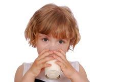 饮用的女孩少许牛奶 库存照片