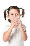 饮用的女孩少许牛奶 免版税库存照片