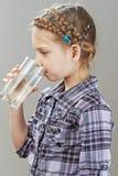 饮用的女孩少许水 免版税库存图片