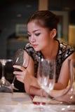 饮用的女孩性感的酒 免版税库存图片