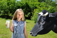 饮用的女孩愉快的小的牛奶 库存照片