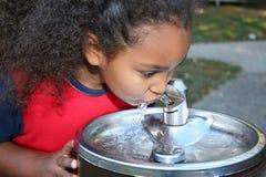 饮用的女孩水 免版税图库摄影