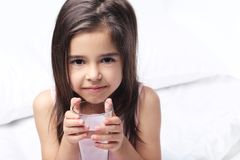 饮用的女孩水 库存照片