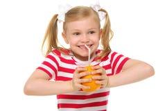 饮用的女孩汁液幸运的橙色秸杆 免版税库存照片