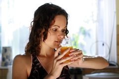 饮用的女孩汁液桔子 免版税库存图片